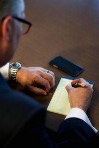 Pomoc dośwaidczonego prawnika przydatna jest zwłaszcza w sądzie.